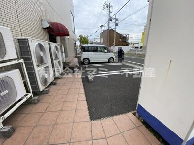 店舗側面共用駐車場です。