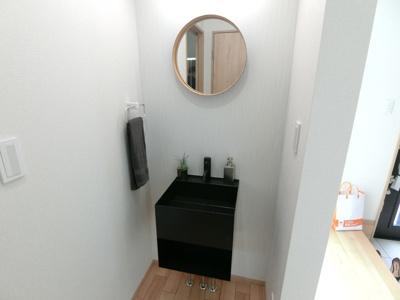 玄関入ってすぐの場所に洗面台を設けています。帰ってきたらコロナウイルス対策の手洗いもできます。
