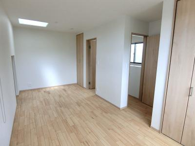2階洋室です。8.9帖ございます。入口が二つあるのでお子様が2人いらっしゃる場合、リフォームで2部屋にすることも可能。