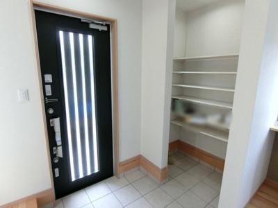 玄関スペース。玄関扉はダブルロックのディンプルキーとカードキー機能があります。 入ってすぐに土間収納がありますので玄関周りもスッキリ♪