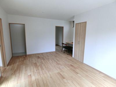 リビングスペース。キッチン、洗面所へ直結で動線も確保されています。収納もあり。