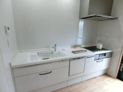 キッチンはパナソニック製のシステムキッチン。キッチンスペースは仕切られているのでニオイがリビングに行きにくい設計。