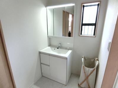 洗面台はパナソニック製の3面鏡タイプになっています。