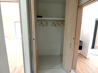 洗面所の収納です。 タオルや着替えなども置いておくことができます。