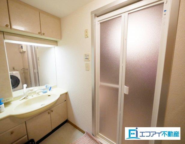 収納豊富な洗面台。大きな鏡付きです。