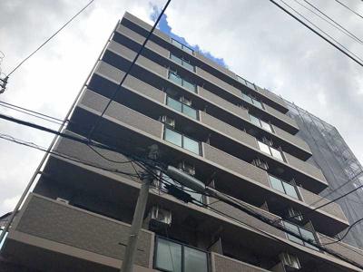 落ち着いたライトブラウンのタイル貼りの外観で谷町筋近くの閑静な住宅地に建つ10階建てのマンションです。
