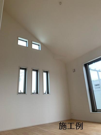 主寝室は勾配天井♪ ※写真は施工例です。
