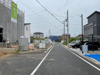 前面道路は幅員6mのためゆったりと駐車することが可能です。