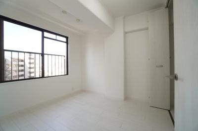 【南側洋室約6帖】 南側に面する主寝室クラスの広さがある洋間です。 陽ざしがよく入るよう、開口部を多くとっているので とても、明るく過ごしやすい居室となってます。