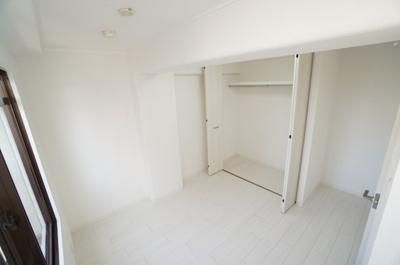 【南側洋室約6帖】 この居室は、室外機をメインバルコニーに置ける 壁掛けエアコンが設置できます。 また、ウォークインが出来る大型クローゼットも完備。 荷物も部屋に溢れる事なく広く使えそうですね。