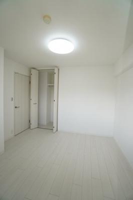 【北東側洋室約5帖】 コートやスーツだけでなく、収納棚を中にしまえば ニットやパンツも中にしまえて お部屋をすっきりとお使いいただけます! お部屋のコーディネートと幅が広がります♪