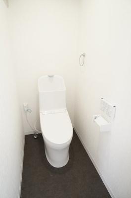 【サニタリールーム】  廊下から約8cmの段差です。 衛生面で特に気になる水周りは キレイにリフォームが成されています。 トイレの温水洗浄便座付き便器も 新規交換されており、快適にご利用頂けます。