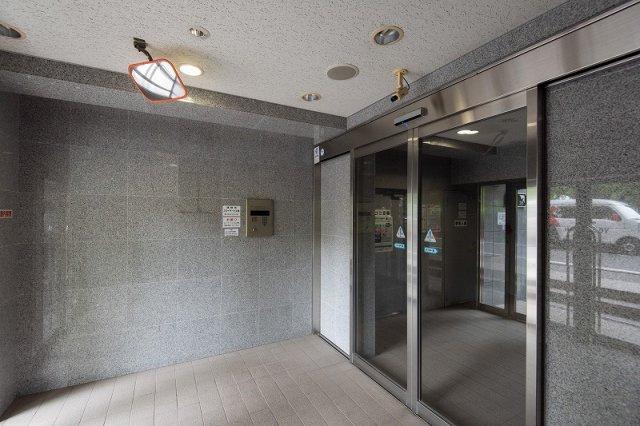 平成11年築、オートロック&宅配ボックス付きで安心なスカイコート日本橋浜町公園は即日現地案内可能となっておりますので、お気軽にお問い合わせください!