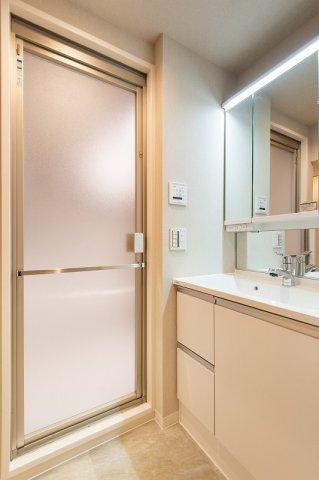 スカイコート日本橋浜町公園:三面鏡が付いた明るく清潔感のある洗面化粧台です!