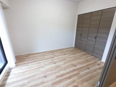 6.3帖の洋室です。 引戸を開けてリビングの一部としても◎