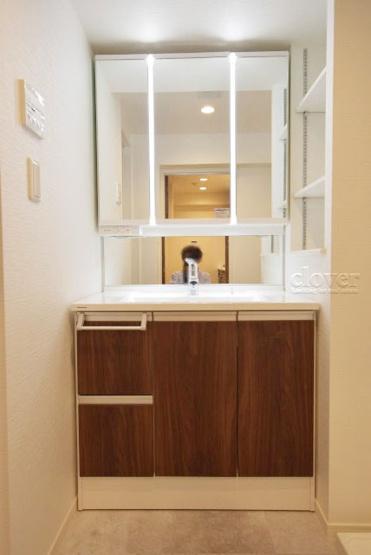 独立洗面台 三面鏡 収納充実