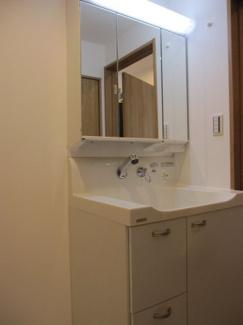 新規交換済みの洗面化粧台。収納もあります♪