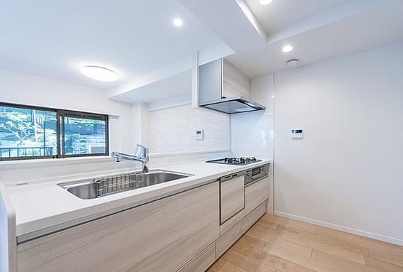 キッチンスペースは十分な広さで冷蔵庫や食器棚などもスッキリ置けます 食洗器付き・浄水器付き