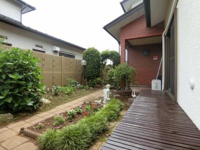 広いお庭で花壇や家庭菜園が楽しめます!