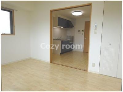 居間は、洋室6.4帖です。