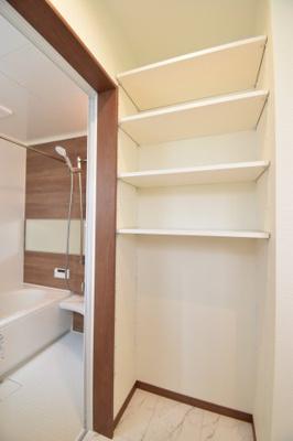 洗面所にはリネン庫を。可動式収納でバスタオルなどもスッキリまとまりそう。