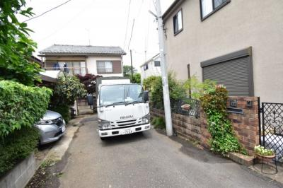 前面道路は4mで閑静な住宅地となります。車通りも少ないので運転が苦手な奥様も安心して駐車できます。