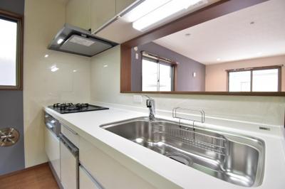 家族の様子を見ながらお料理できるオープンキッチンは嬉しいですね。食洗機付きで使い勝手も良いキッチン。