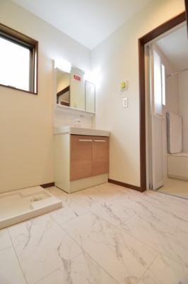 大人2人が入っても余裕あるスペースを確保。ドラム式洗濯機も置けます。