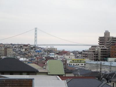 バルコニーから明石海峡大橋が望めます。