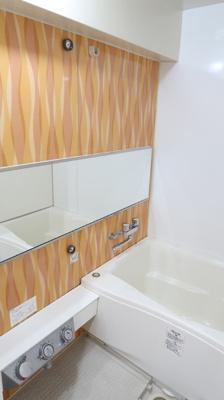 上質が感じられる木目調の色合いで、清潔な空間美を実現しています。一日の疲れが癒される優雅なバスタイムが堪能できるゆとりあるバスルームはお子様との入浴も余裕がありますね♪