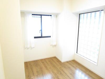 二面採光の室内明るいフローリング洋室5.2畳