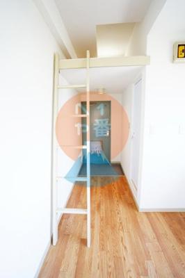 収納が上にあると部屋がスッキリしますね。