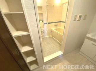 洗面室には収納棚が設けられております♪タオルなどの収納場所としてたいへん重宝します!