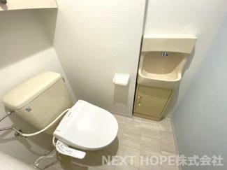トイレです♪新品の温水洗浄便座です!手洗いが別になっており、お掃除の時もたいへん重宝しますね(^^)