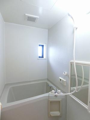 清潔感のある浴室は換気のできる小窓付きです♪ゆったりお風呂に浸かって一日の疲れもすっきりリフレッシュできますね☆