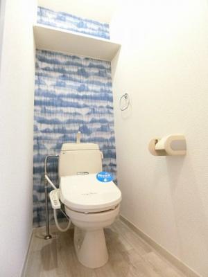 人気のシャワートイレ・バストイレ別です♪トイレが独立していると使いやすいですよね☆ 横にはタオルを掛けられるハンガーもあります♪