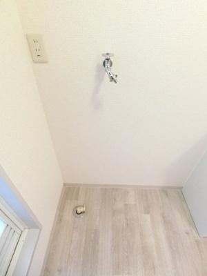洗面所内、独立洗面台横にある室内洗濯機置き場です♪室内に置けるので洗濯機が傷みにくい☆