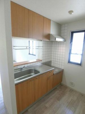 ガスコンロ設置可能のキッチンです!換気のできる窓付きでお料理の匂いもこもりません!場所を取るお鍋やお皿もたっぷり収納できてお料理がはかどります!