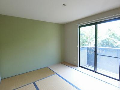 バルコニーに繋がる南向きで陽当たりの良い和室です!和室は冬場はコタツでほっこり♪夏は意外と涼しくて使い勝手がいいんですよ!