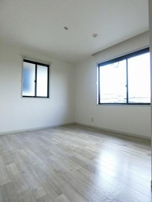 玄関から入って右側にある、角部屋二面採光洋室5.8帖のお部屋です♪寝室や子供部屋としておすすめです!勉強も捗りそう!
