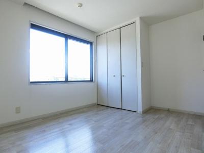 クローゼットのある洋室5.8帖のお部屋です!お洋服の多い方もお部屋が片付いて快適に過ごせますね♪