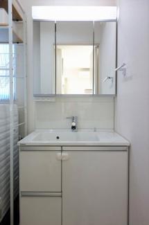収納が豊富な洗面台は忙しい朝でもスムーズに身支度が完了。