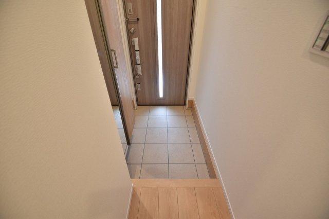 明るい玄関には収納豊富なシューズボックスを設置。