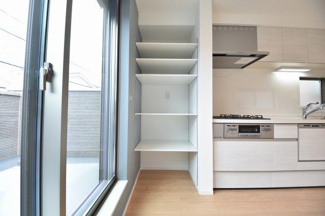 キッチン横の収納スペースは家族の共有の物をしまっても良しお料理グッズをしまっても良し!