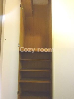 玄関には、靴やその他の収納スペースがあります。