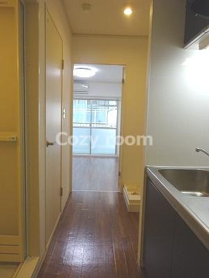 玄関よりキッチン及び室内へ