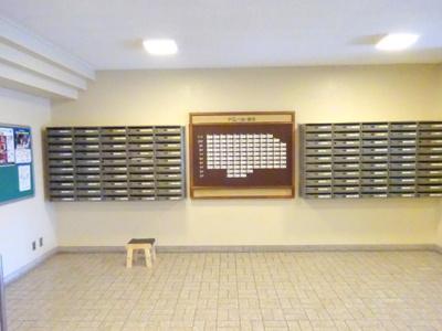 綺麗にお手入れがされた郵便受けスペースです。