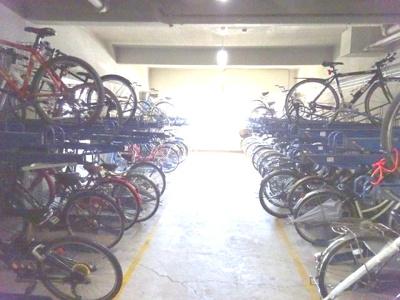 2段式の駐輪スペースです。屋根付きで大切な自転車を風雨から守れますね♪