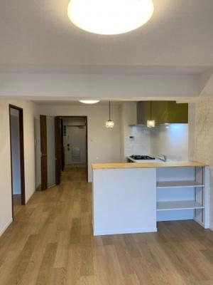 キッチンカウンター下は収納棚にもなっており、食卓で使う調味料やカトラリー・お酒などを置いて置くのにも便利ですね♪