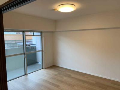 洋室(6.0帖): 東向きバルコニーに面した明るいお部屋です。朝日が入るので、寝室にもピッタリですね♪